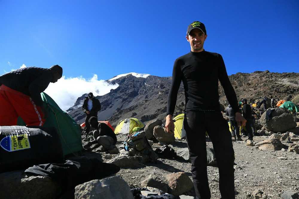 Alberto Contador y de fondo la cima del kilimanjaro