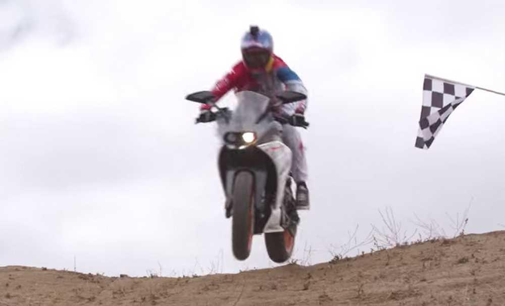 Aaron Gwin hace downhill con una KTM de carretera