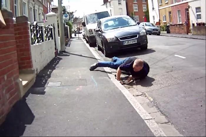 Vídeo Un conductor se cae de morros al perseguir a un ciclista para agredirle