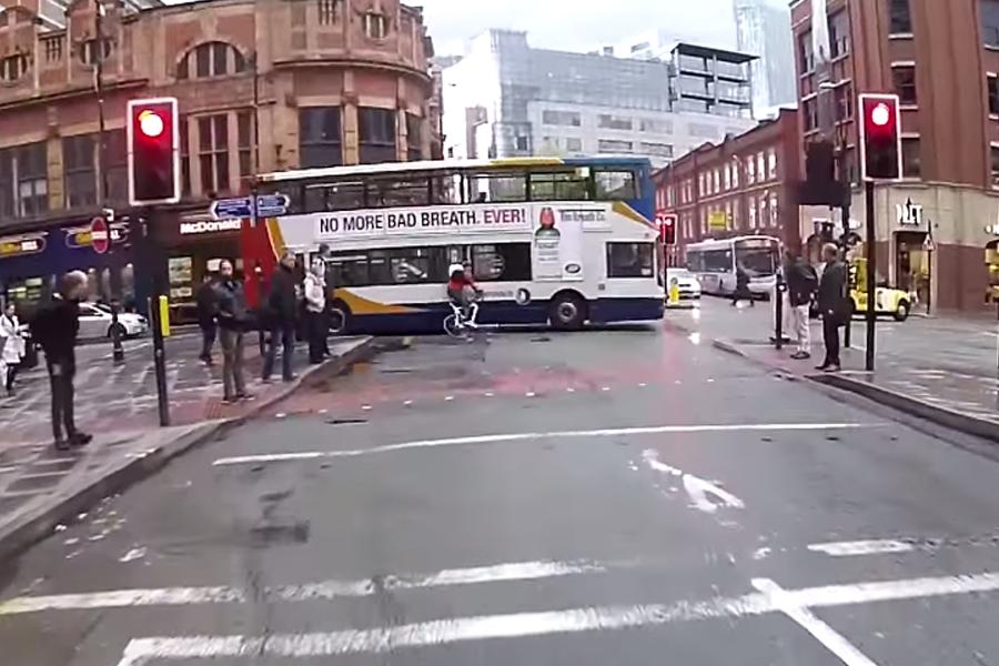 Vídeo Un ciclista se salta un semáforo en rojo e impacta contra un autobús