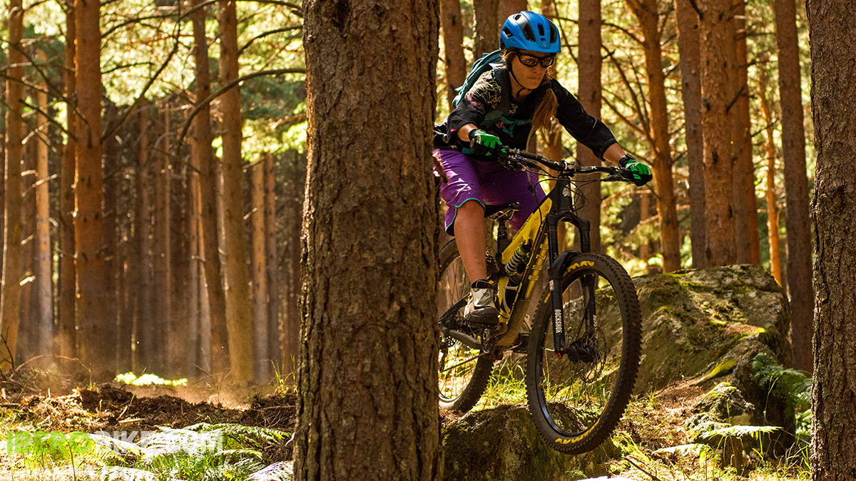 dakine_woman_enduro_trail_2015_12
