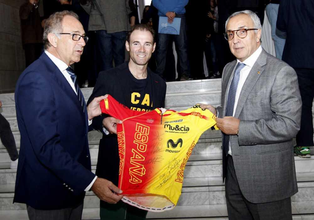 Alejandro Valverde, entre los nuevos deportistas del proyecto COE-UCAM entrega maillot