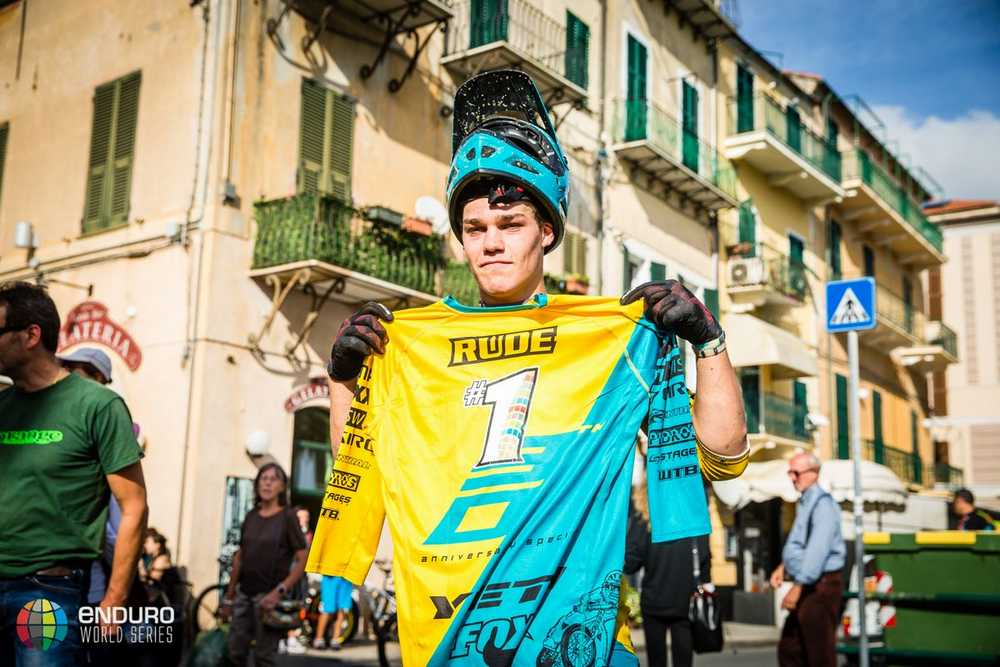 Damon Smith has a special present for Richie Rude. EWS round 8, Finale Ligure, Italy. Photo by Matt Wragg.