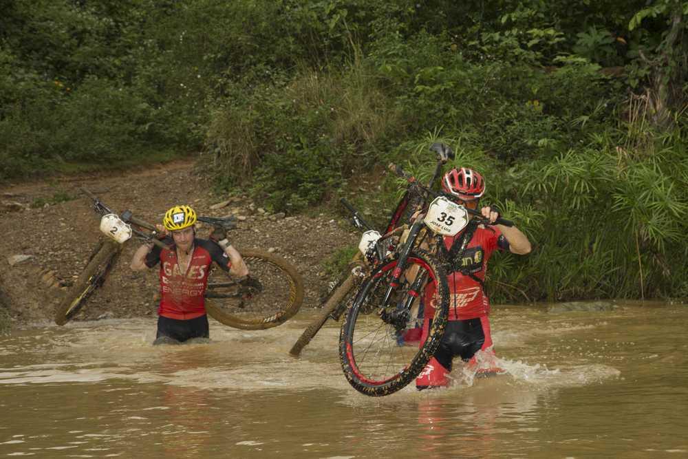 Carrasco, con Ibon Zugasti, en la tercera etapa (Foto Titan Tropic)