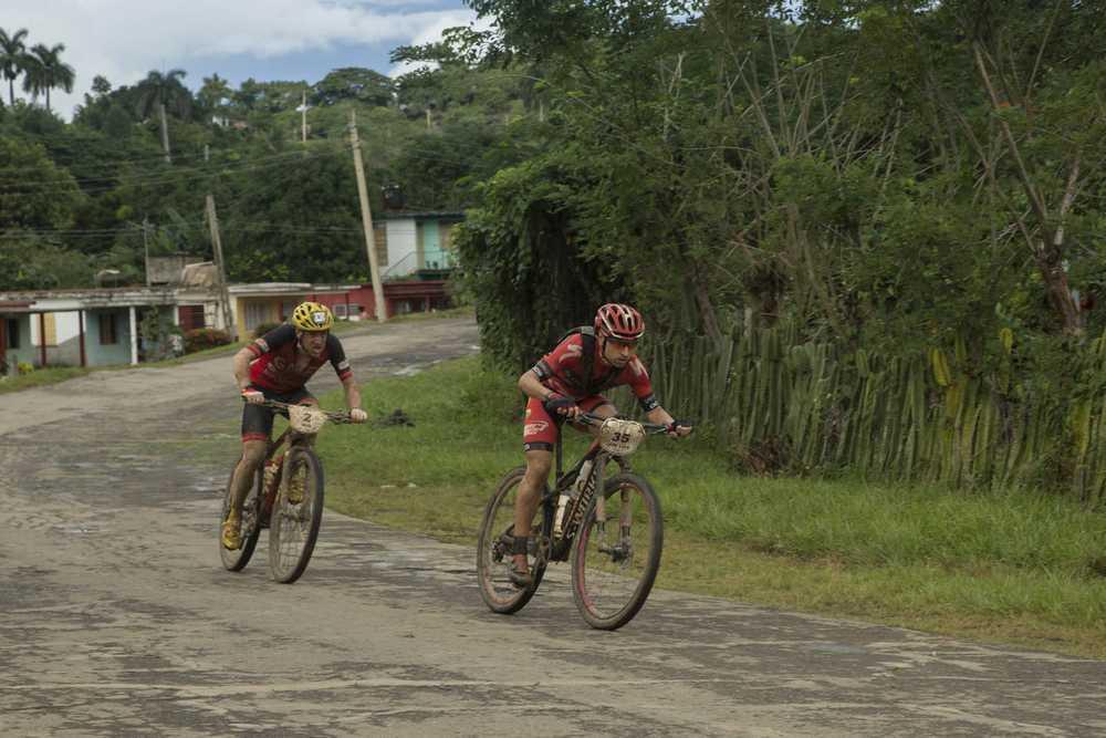 Carrasco, con Zugasti, en la tercera etapa (Foto Titan Tropic)