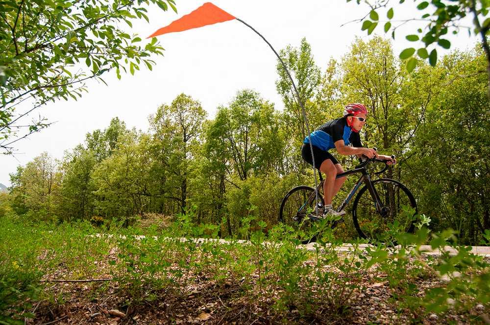 ciclista con banderin