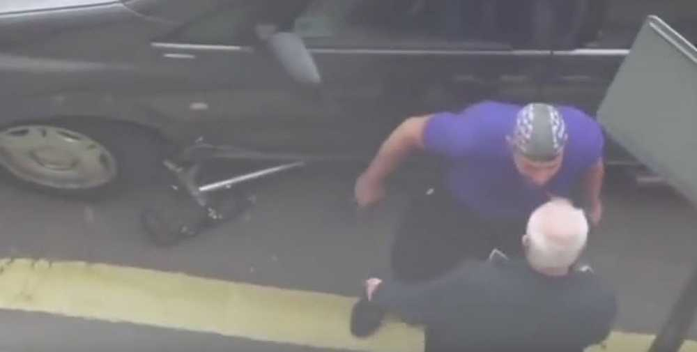 ciclista enfurecido reprende a un taxista por atropellarle