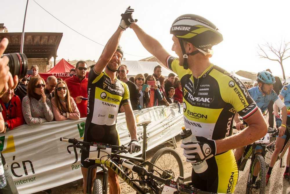 Kristian Hynek y Alban Lakata primera etapa de Andalucía Bike Race presented by Shimano 2016