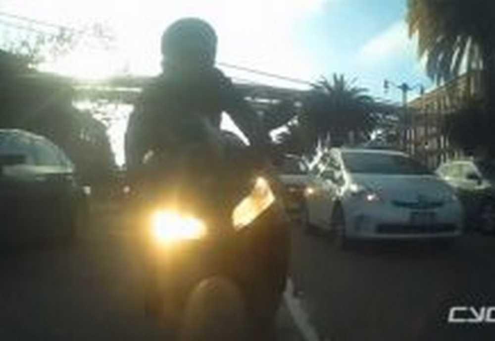 Vídeo Un motorista intimida a un ciclista en un carril bici y acaba en el suelo
