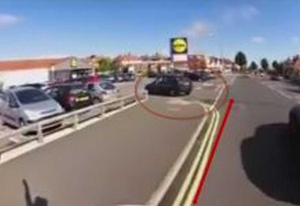 ciclista enfado con conductora por imprudente
