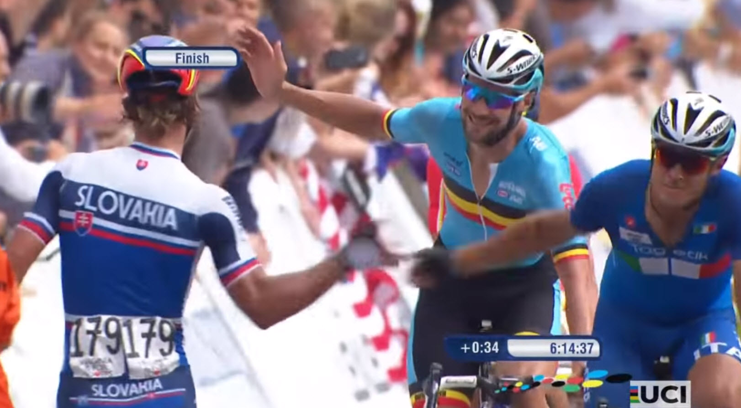 peter sagan saludando a sus rivales en el campeonato del mundo 2015