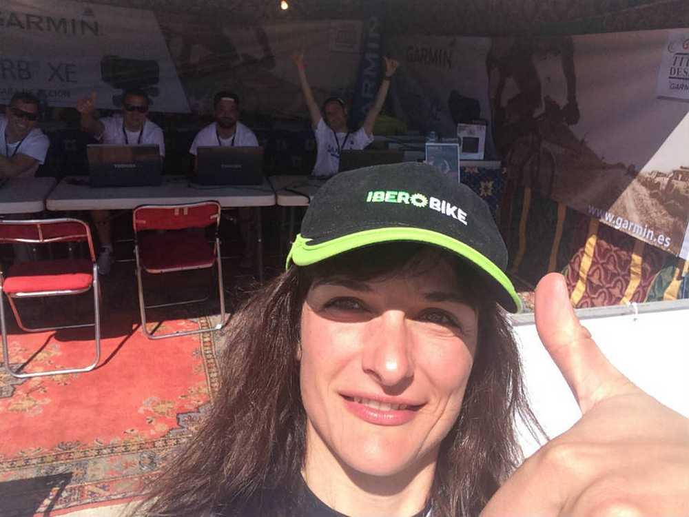 Clara Pirla (Iberibike - Vitira bikes by Atika) con los etcnicos de Garmin en la Titan Desert 2016