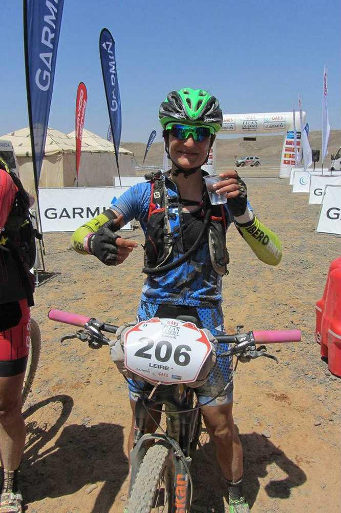 Clara Pirla (Iberibike - Vitira bikes by Atika) en un avituallamiento de la Titan Desert 2016