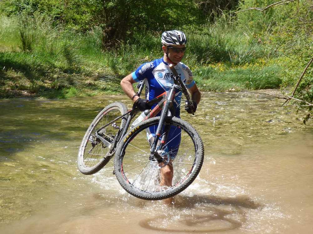 Guara Tour 2016 Roger Argelaguer ganador de la Vuelta a Guara by Coluer pasando el río Formiga