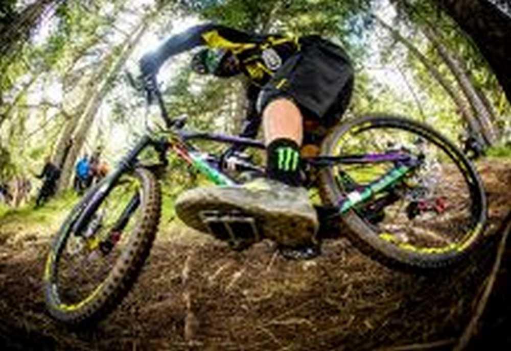 Sam Hill y sus famosos pedales de plataforma.