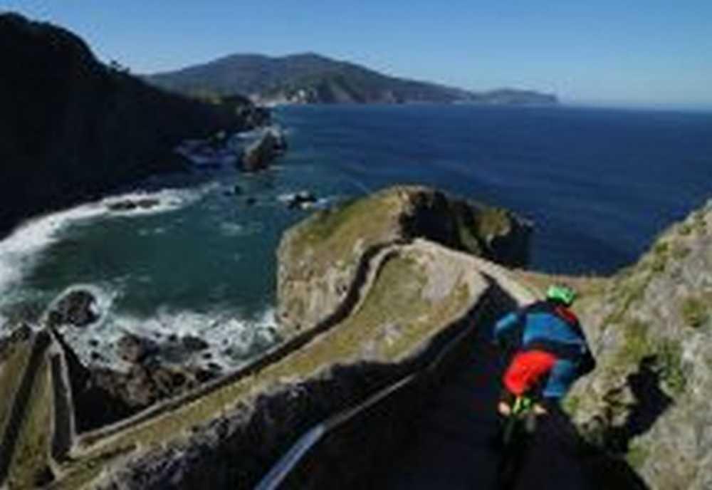 Vídeo: Iraitz Etxebarría desciende de la ermita de San Juan en Gaztelugatxe