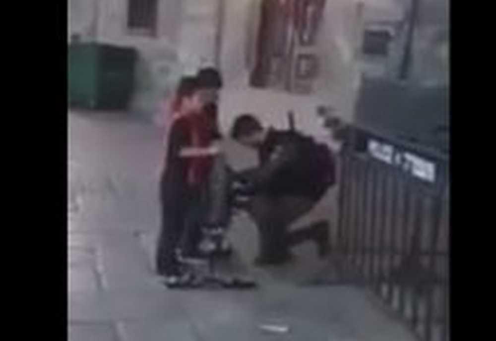 soldado israelí arreglando la bicicleta de un niño palestino