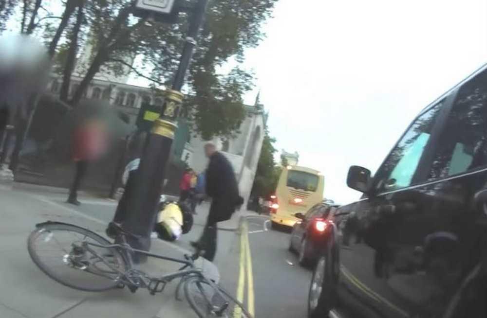Vídeo El secretario de transporte británico le hace un dooring a un ciclista