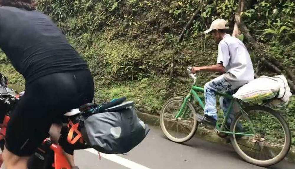 Vídeo Un agricultor colombiano da una exhibición a dos triatletas profesionales