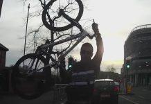 ciclista furioso lanza la bicicleta contra un coche
