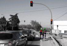 ciclistas parando con el semáforo en rojo