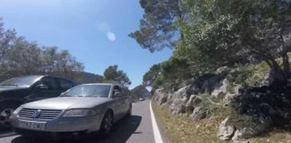 un coche adelanta peligrosamente a otro y casi impacta con ciclista de frente