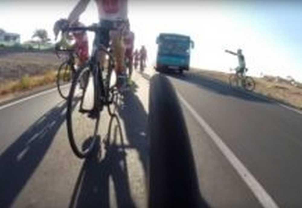 un autobus adelanta de forma peligrosa a varios ciclistas