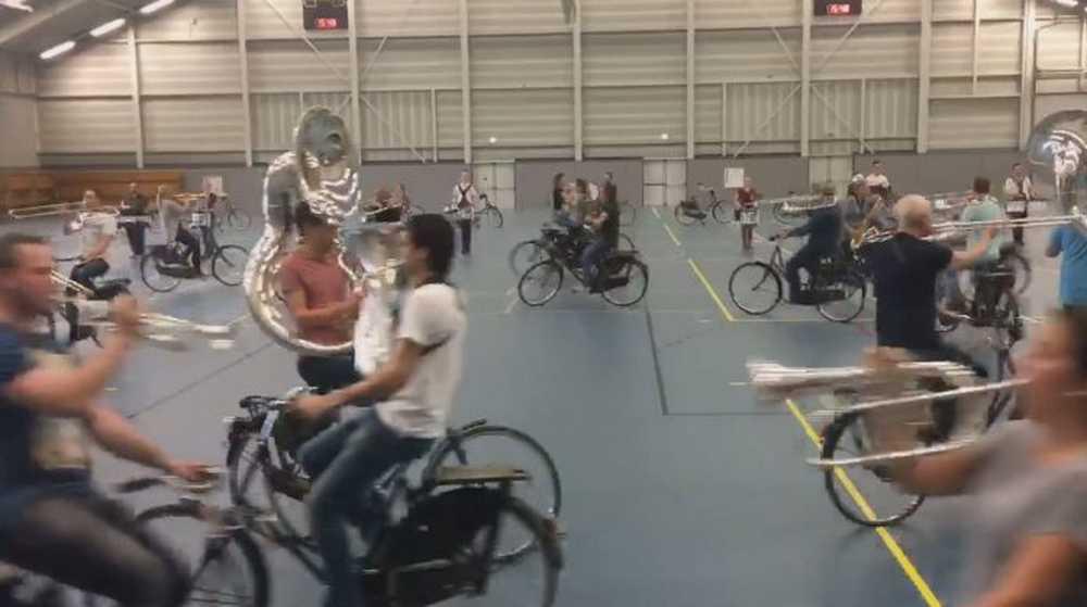 banda de música en bicicleta