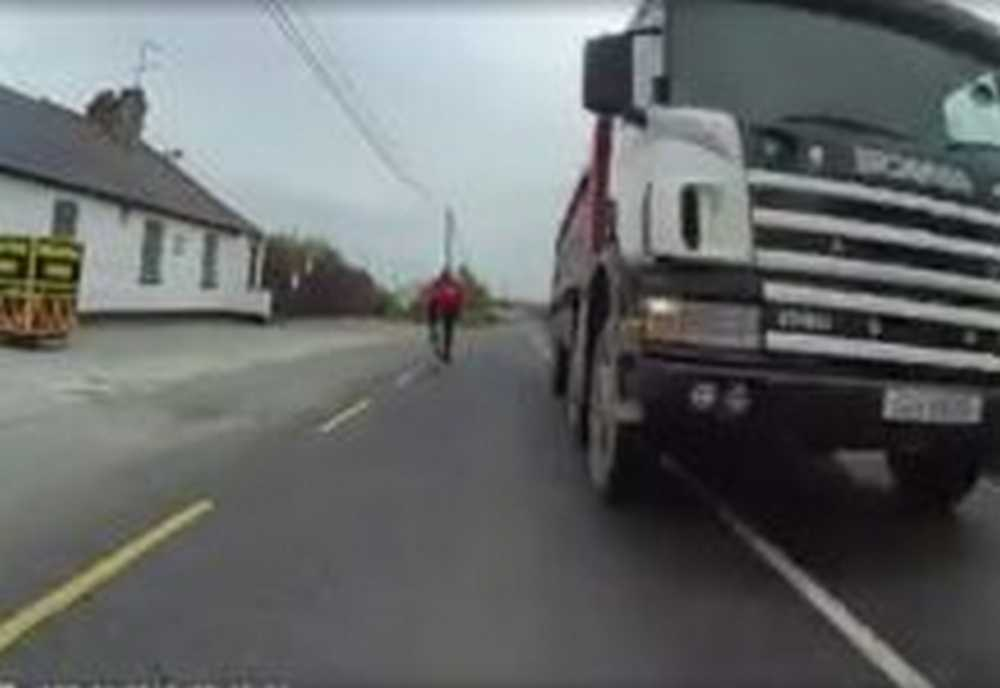 camionero casi impacta de frente contra ciclista
