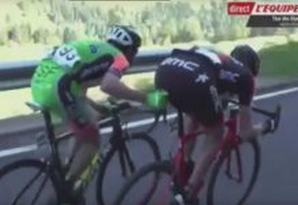 Stefano Pirazzi le mete el dedo por el culo a un ciclista