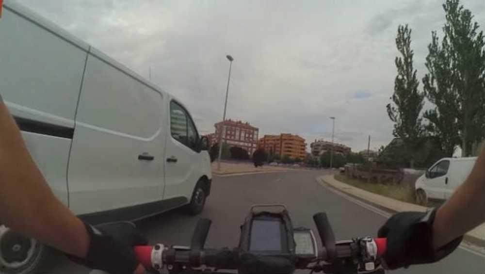 Vídeo Ciclista denuncia a un conductor que le cerró tirándole al suelo y la policía lo localiza