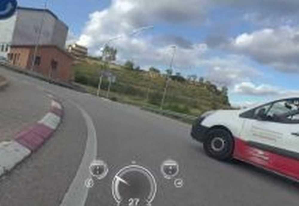Vídeo Un conductor casi arrolla a un ciclista que circulaba dentro de una rotonda