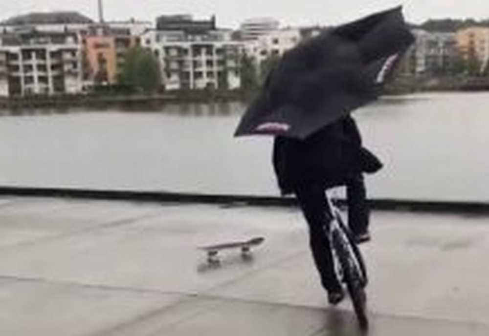 Video Intenta evitar que el skate de su amigo caiga al agua con su bicicleta
