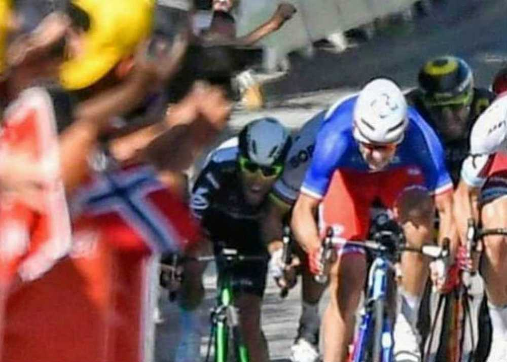 Cavendish apoya la cabeza sobre la espalda de Peter Sagan
