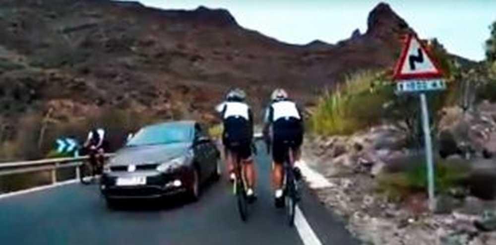 un coche adelanta a tres ciclista de forma temeraria