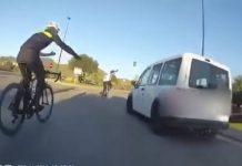 Vídeo 700 euros de multa y 6 puntos por no respetar a unos ciclistas en una rotonda