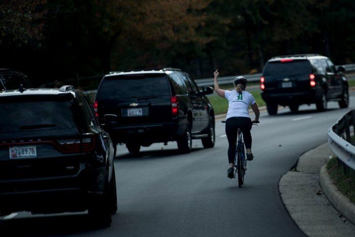 Ciclista despedida de su trabajo
