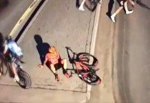 ciclista finge caída para descansar