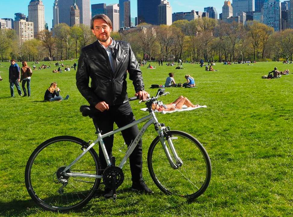 Maxim Huerta monta en bicicleta