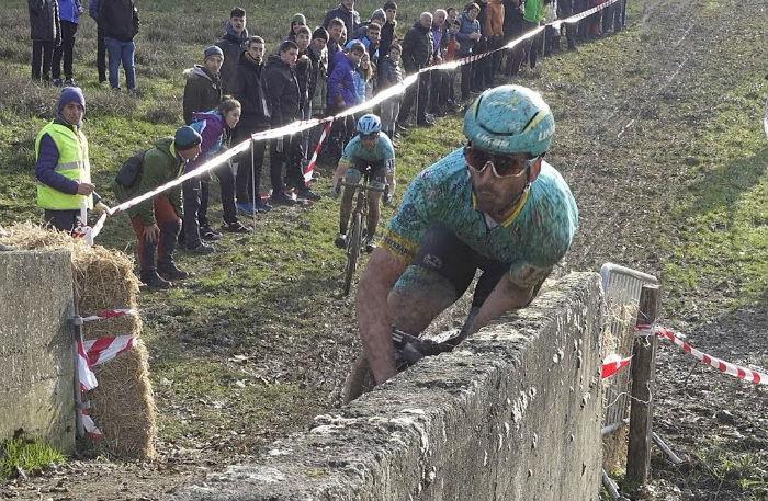 Vídeo Ion y Gorka Izagirre sufre una caída en el ciclocross de Ormaiztegi