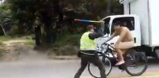 ciclista desnudo burla un control polcial