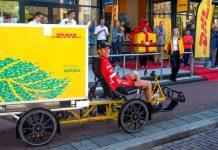 bauke mollema en una bicicleta de carga de la empresa de mensajería DHL