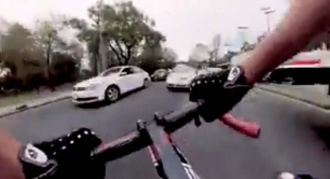 video-ciclista-direccion-contraria-trafico-coches-mexico-gopro