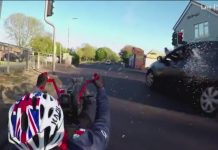 arrojan-agua-a-un-ciclista-adaptado-lee-patmore-coche-jovenes