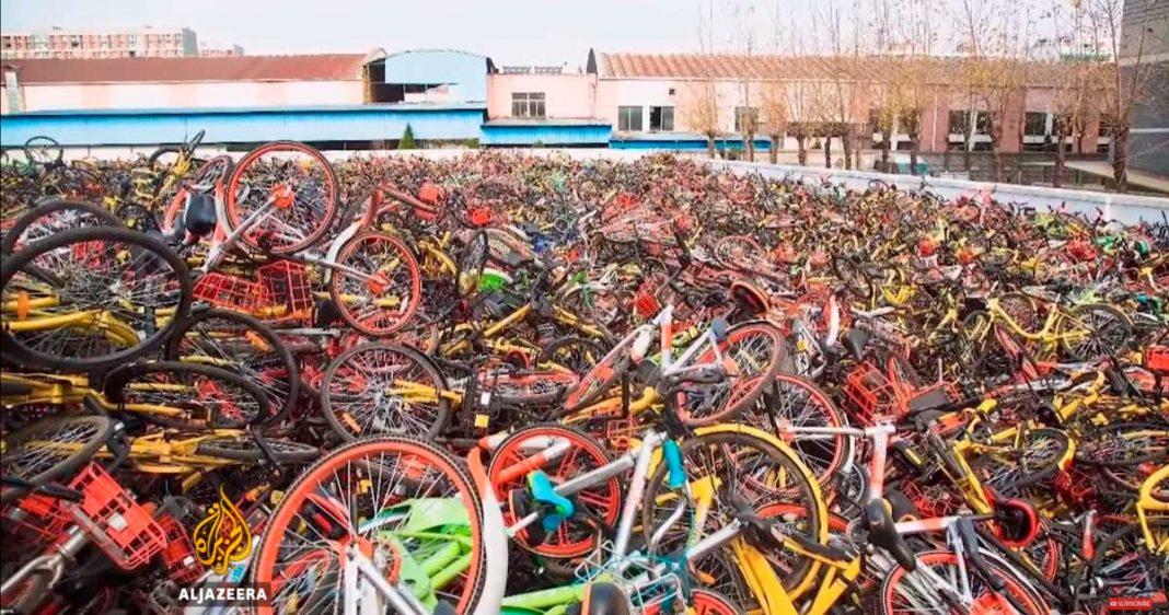 bicicleta de alquiler transformada en basura