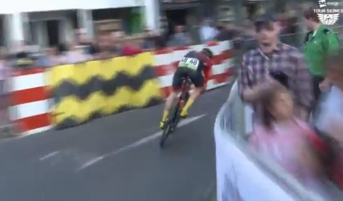 ciclista libra doble caída en el OVO Energy Tour