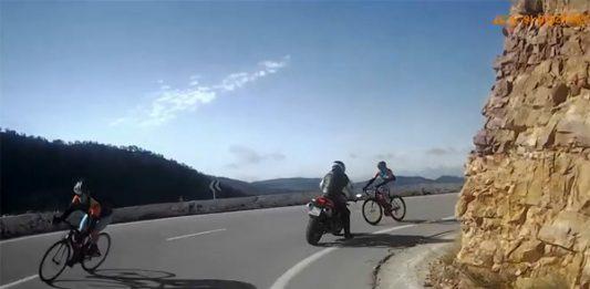 ciclista-recorta-en-una-curva-sin-visibilidad-invade-carril-contrario-contra-motodo