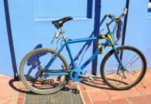 la guardia civil muestra la bici del ciclista fallecido en granda para identificarlo