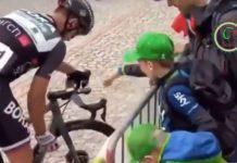 Peter Sagan entrega bote de agua a unos niños en el tour de Suiza