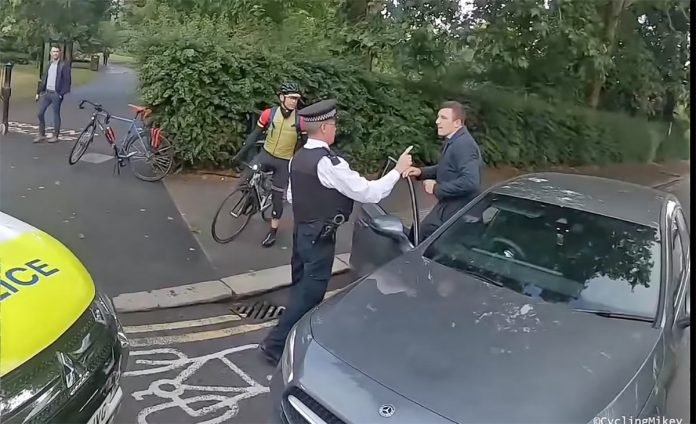 ciclista-bloquea-el-paso-coche-circulando-por-carril-bici